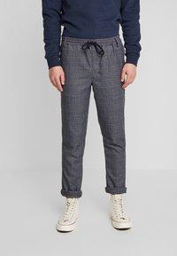 Anerkjendt - AKBASU PANTS - Pantalones chinos - true blue - 0