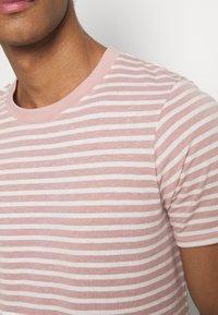 Anerkjendt - AKROD - T-shirt imprimé - old rose - 5