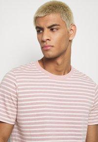 Anerkjendt - AKROD - T-shirt imprimé - old rose - 3