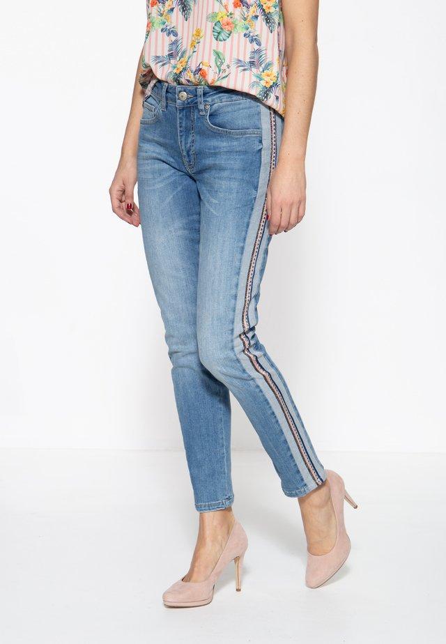 MIT SEITLICHE - Slim fit jeans - blau