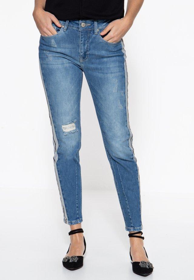 MIT EINSÄTZEN AN  - Slim fit jeans - blau