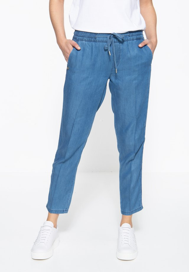 MIT STICKEREI AN  - Relaxed fit jeans - blau