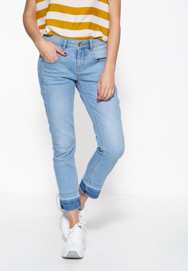 MIT OFFENEN S - Slim fit jeans - hellblau
