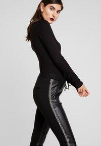 Aaiko - SOSA STUDS - Kalhoty - black - 4