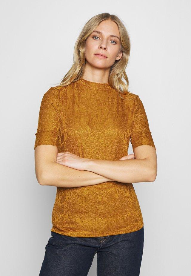 SURAYA VIS - Print T-shirt - sudan brown