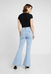 Abrand Jeans - DOUBLE - Flared Jeans - walk away - 2