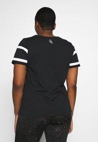Active by Zizzi - AJUMP  - T-shirt imprimé - black/white - 2