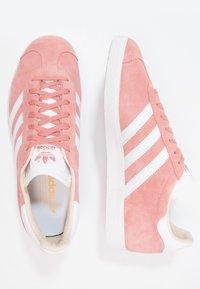adidas Originals - GAZELLE - Sneakersy niskie - ash pearl/footwear white - 1