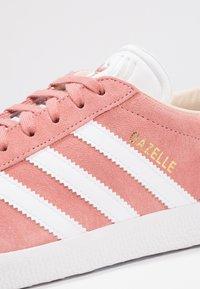 adidas Originals - GAZELLE - Sneakers - ash pearl/footwear white - 5