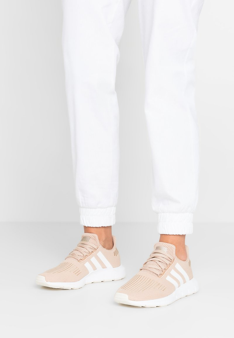 adidas Originals - SWIFT RUN EXCLUSIVE - Matalavartiset tennarit - pale nude/footwear white/copper metallic