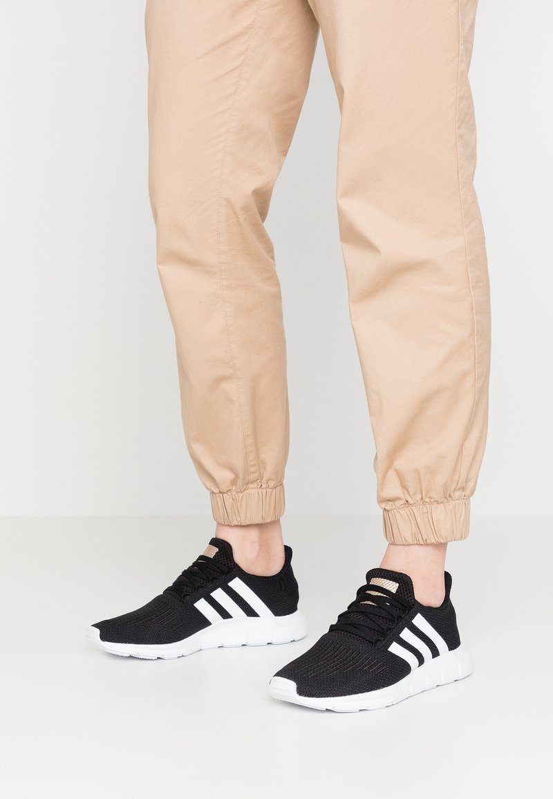 adidas Originals - SWIFT RUN EXCLUSIVE - Sneakers - core black/footwear white/copper metallic