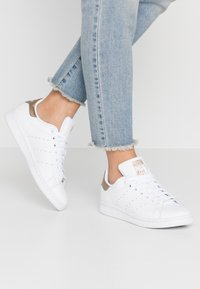 adidas Originals - STAN SMITH - Joggesko - footwear white/copper metallic - 0