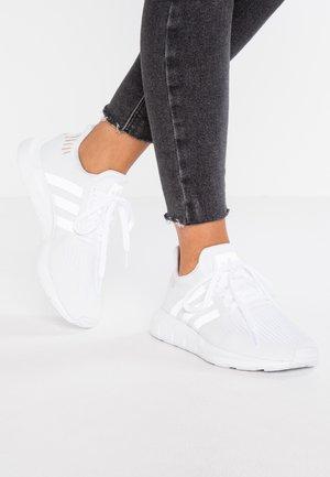 SWIFT RUN - Sneakers basse - footwear white/crystal white