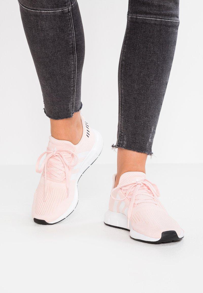 adidas Originals - SWIFT RUN - Sneakers basse - ice pink/footwear white/core black