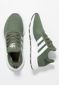 adidas Originals - SWIFT RUN - Sneaker low - base green/footwear white/core black - 3