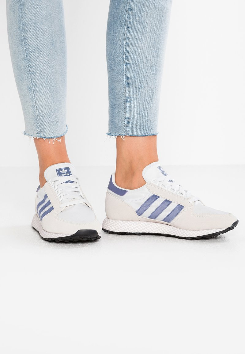 adidas Originals - FOREST GROVE - Sneakers laag - crystal white/cloud white/core black