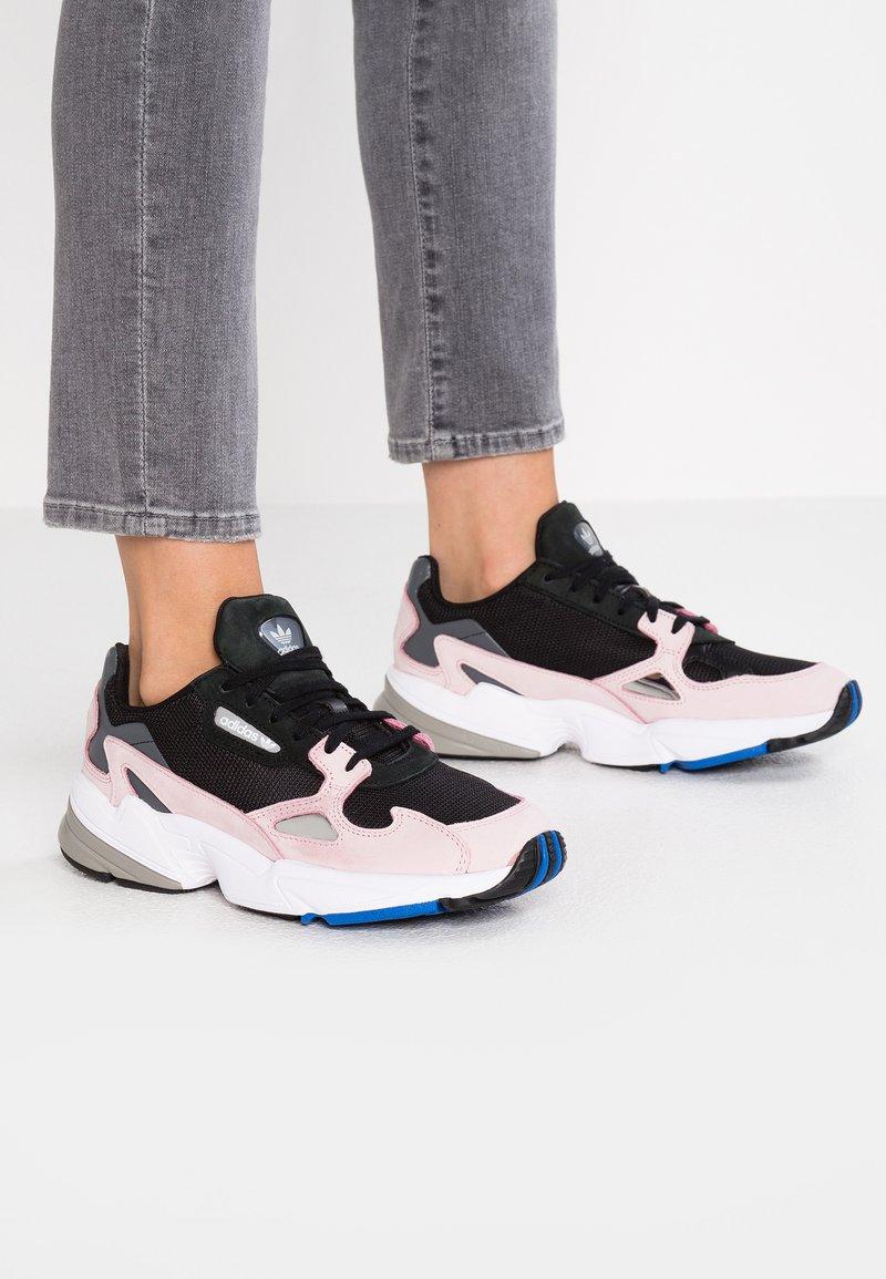 adidas Originals - FALCON - Sneakers laag - core black/light pink