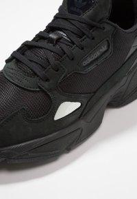 adidas Originals - FALCON - Sneakers laag - core black/grey five - 2
