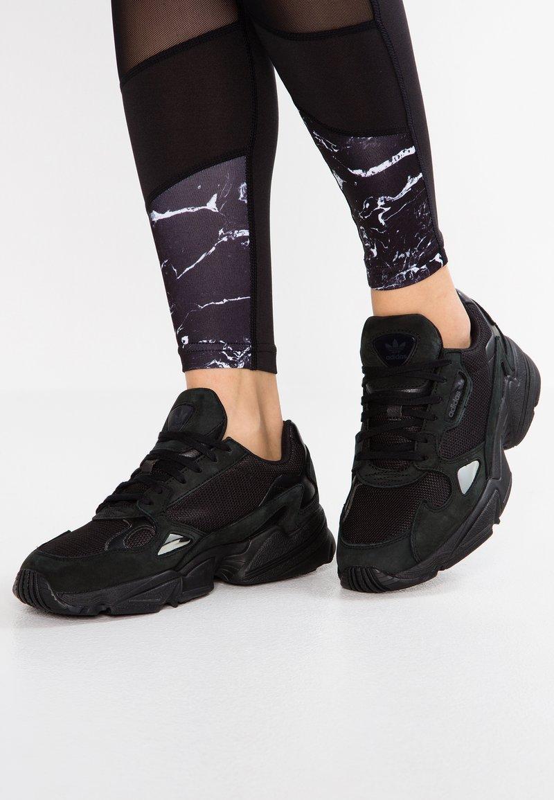 adidas Originals - FALCON - Sneakers laag - core black/grey five