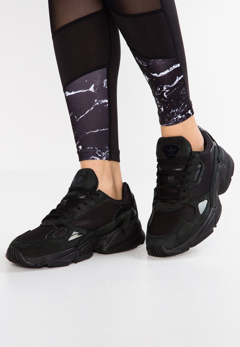 adidas Originals - FALCON - Sneakersy niskie - core black/grey five