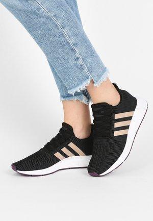 SWIFT RUN - Sneakers laag - core black/ash pearl/white
