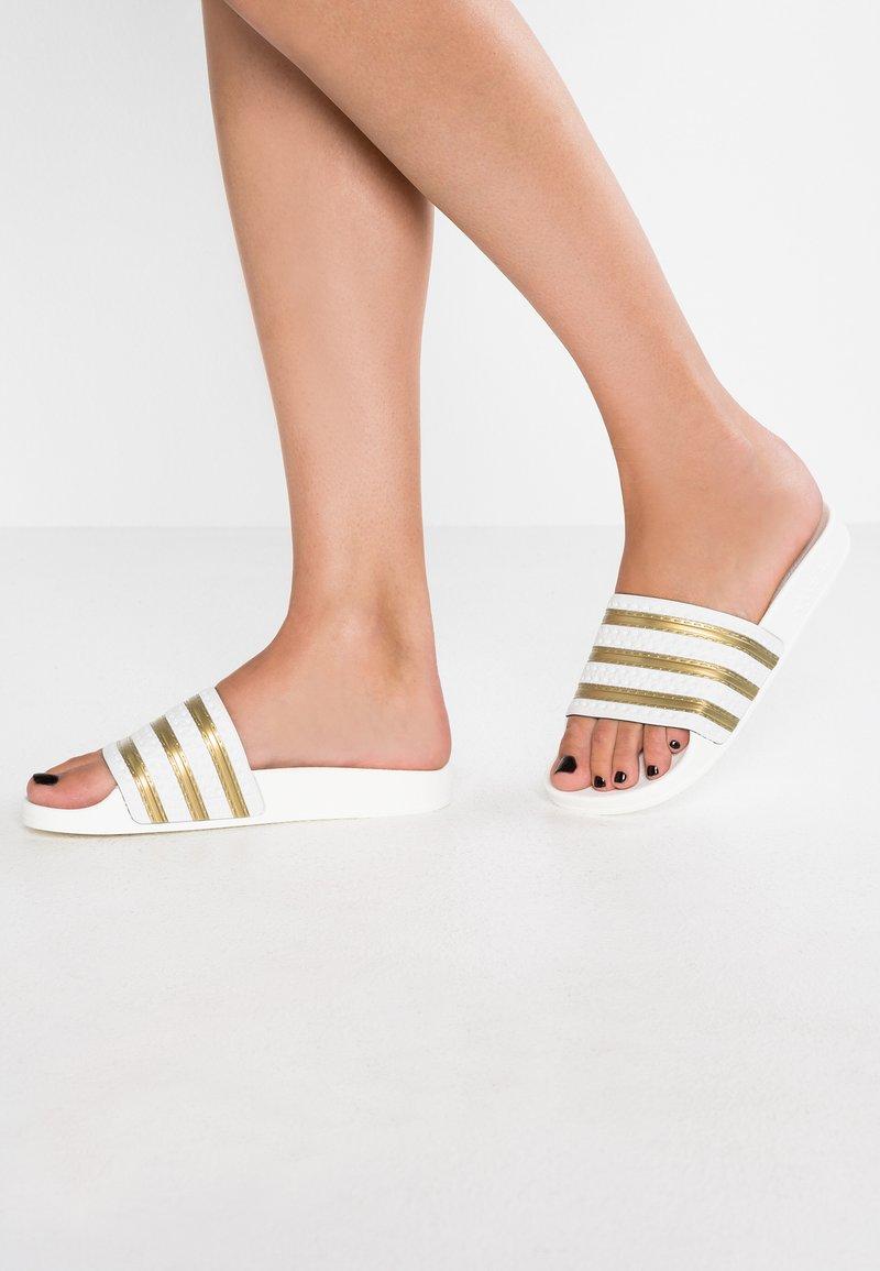 adidas Originals - ADILETTE EXCLUSIVE - Sandali da bagno - offwhite/gold metallic