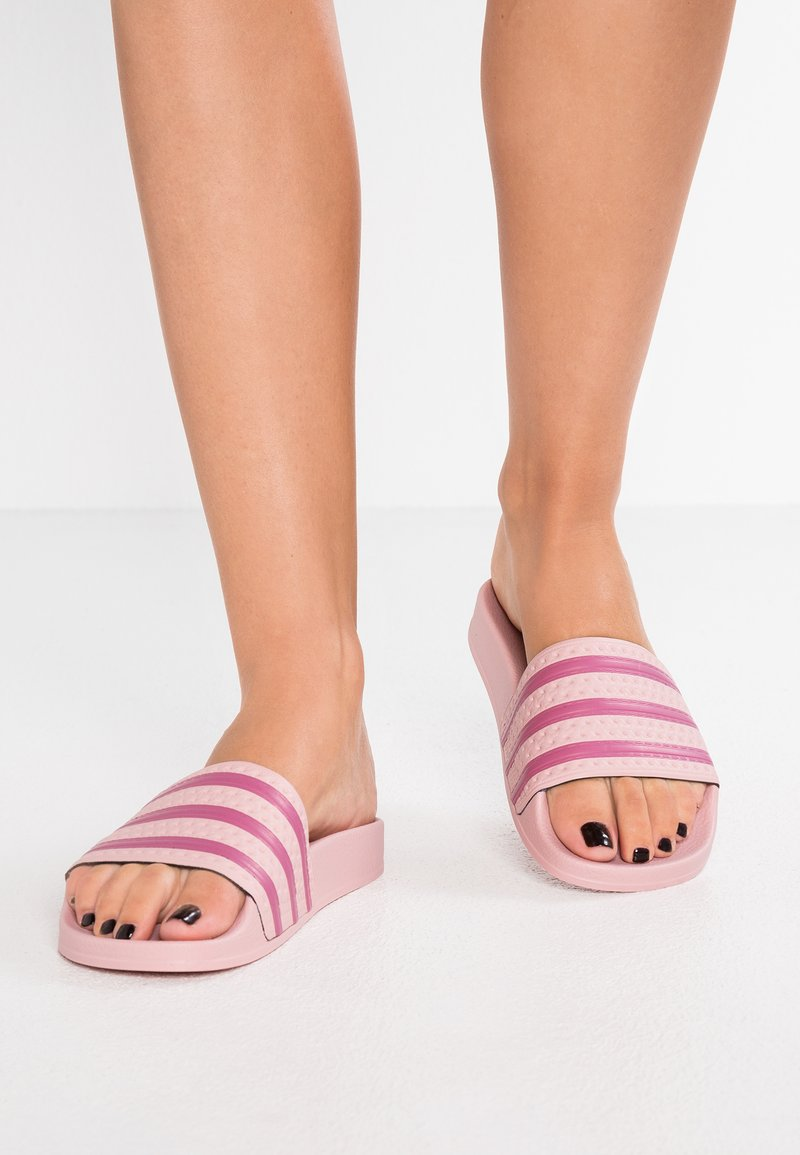 adidas Originals - ADILETTE EXCLUSIVE - Sandales de bain - pink spice/trace maroon