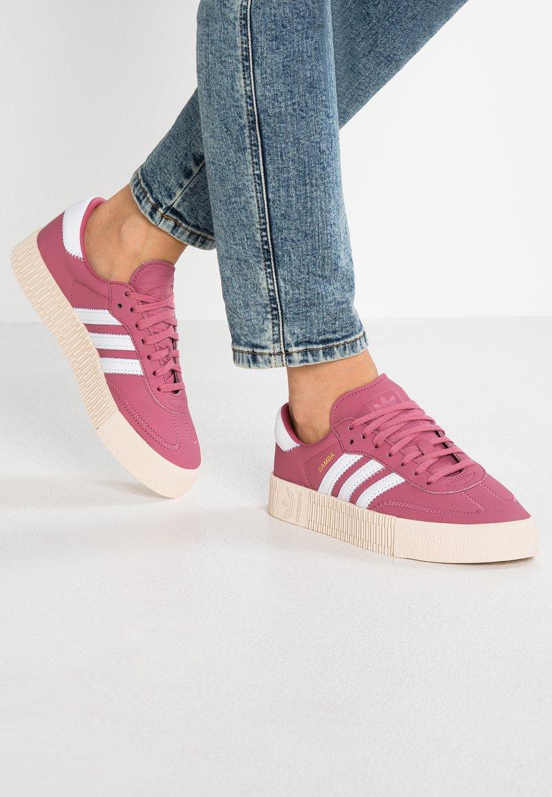 adidas Originals - SAMBAROSE - Sneakers laag - trace maroon/footwear white