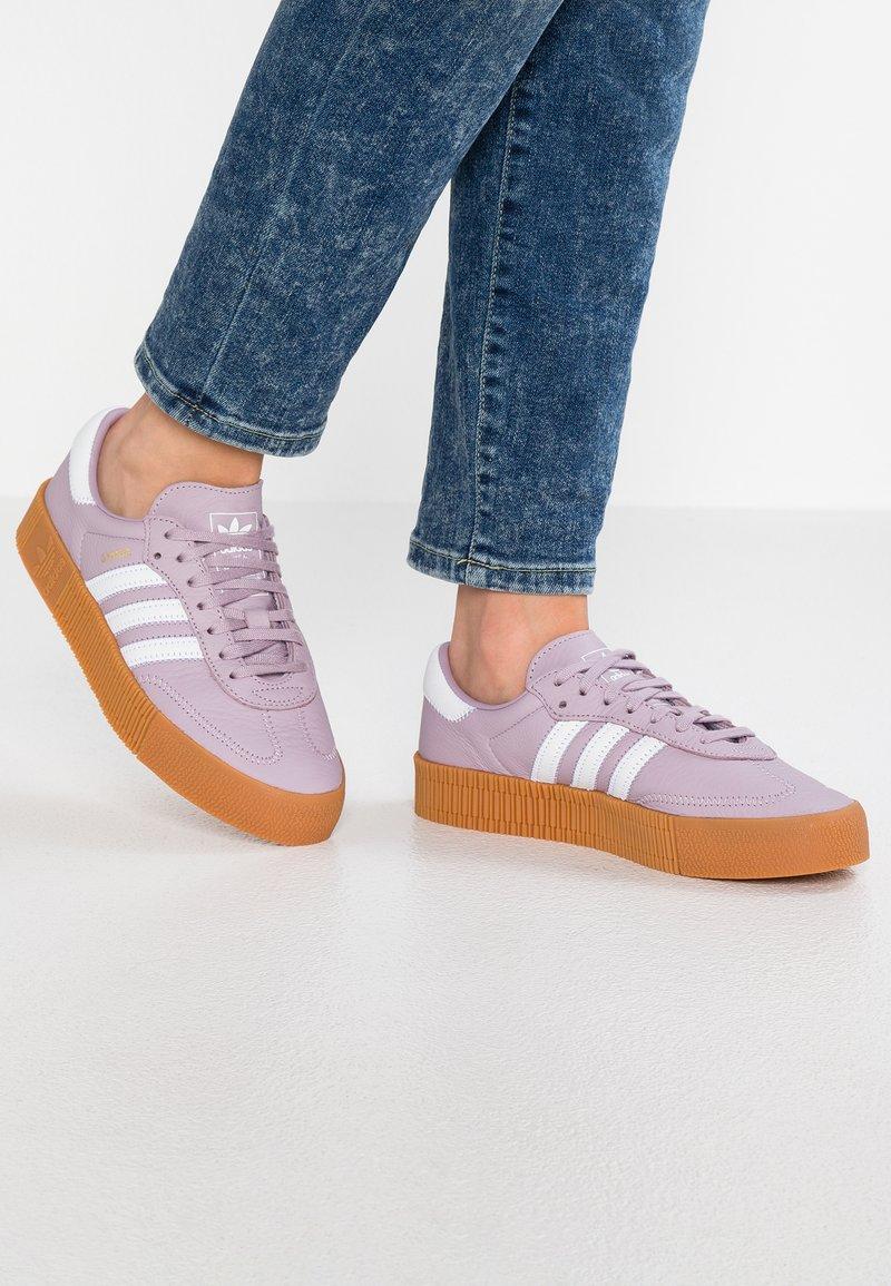 adidas Originals - SAMBAROSE - Sneakers laag - soft vision/footwear white