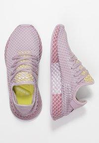 adidas Originals - DEERUPT RUNNER - Zapatillas - soft vision/trace maroon/shock yellow - 3