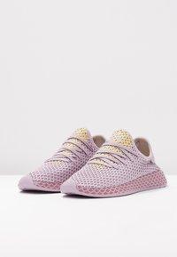 adidas Originals - DEERUPT RUNNER - Zapatillas - soft vision/trace maroon/shock yellow - 4