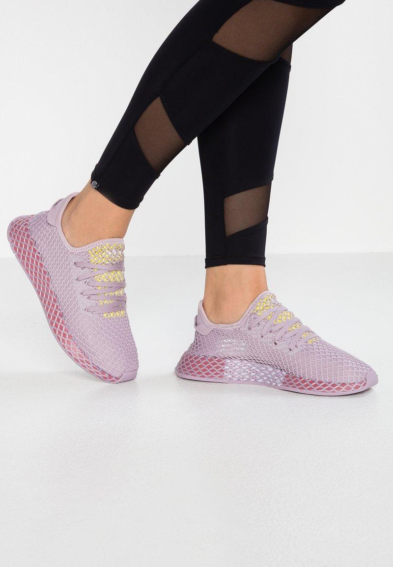 adidas Originals - DEERUPT RUNNER - Sneakers basse - soft vision/trace maroon/shock yellow