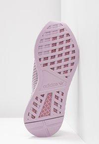 adidas Originals - DEERUPT RUNNER - Zapatillas - soft vision/trace maroon/shock yellow - 6
