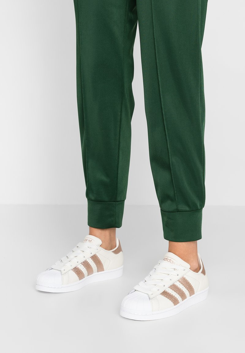 adidas Originals - SUPERSTAR - Sneaker low - offwhite/copper metallic/footwear white
