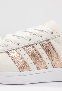 adidas Originals - SUPERSTAR - Sneaker low - offwhite/copper metallic/footwear white - 2