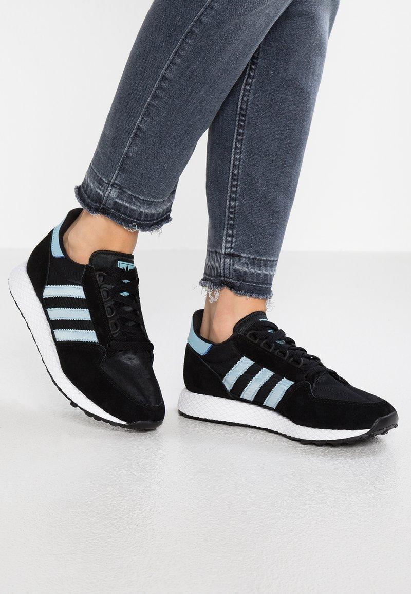 adidas Originals - FOREST GROVE - Sneakers - core black/ashgrey/chalk white