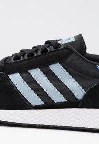 adidas Originals - FOREST GROVE - Sneakers - core black/ashgrey/chalk white - 2
