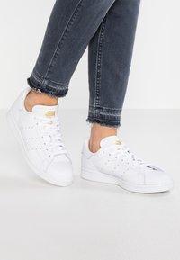 adidas Originals - STAN SMITH - Joggesko - footwear white/real lilac/raw gold - 0