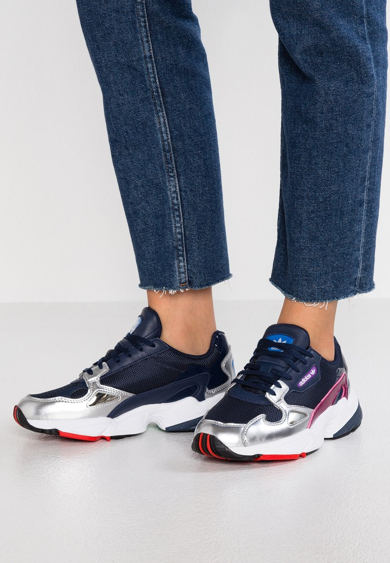 adidas Originals - FALCON - Baskets basses - colligate navy/silver metalic