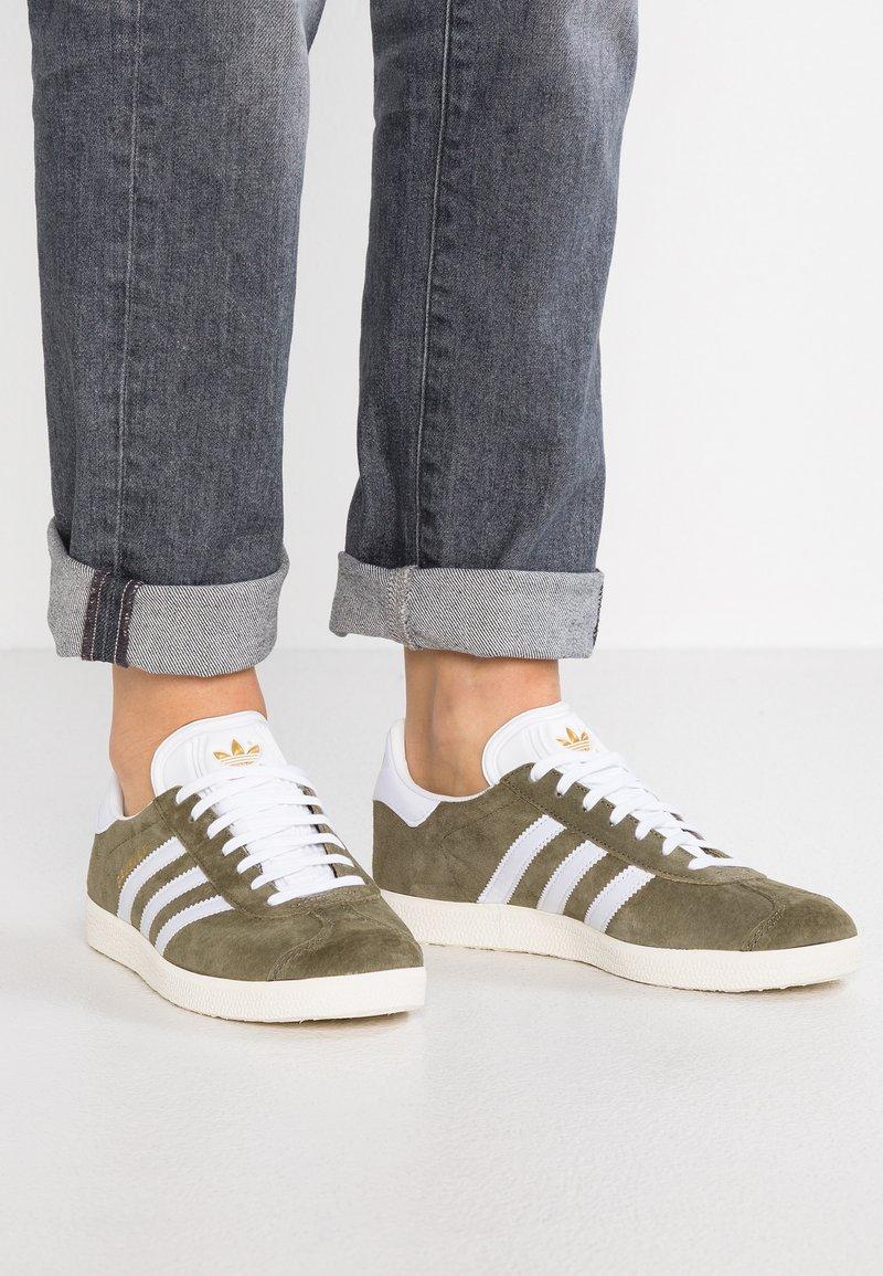 adidas Originals - GAZELLE - Baskets basses - raw khaki/white/chalk white