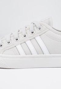 adidas Originals - NIZZA - Baskets basses - grey one/footwear white/crystal white - 2