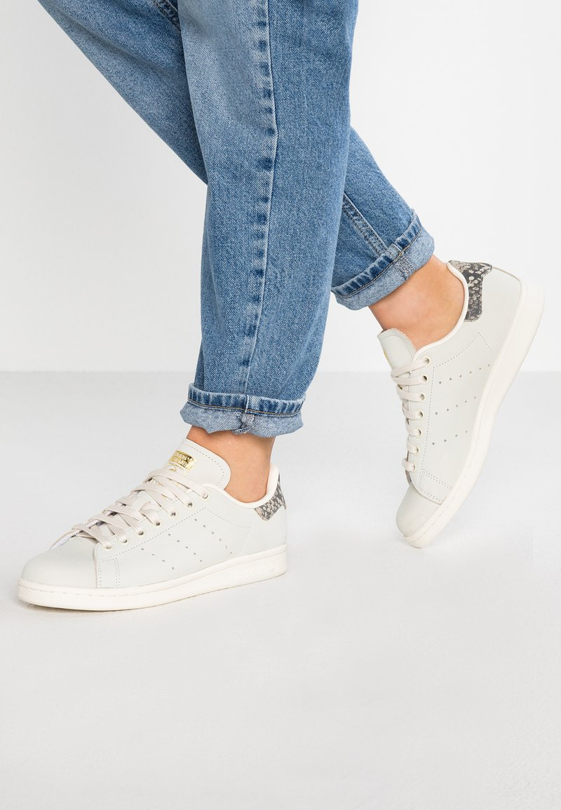 adidas Originals - STAN SMITH - Trainers - offwhite/gold metallic