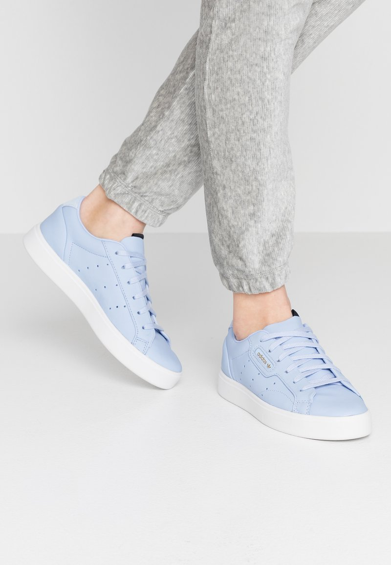 adidas Originals - SLEEK - Sneakers basse - periwinkle/crystal white