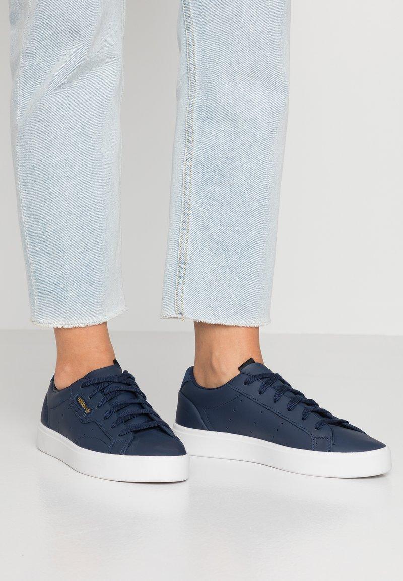 adidas Originals - SLEEK - Trainers - collegiate navy/crystal white