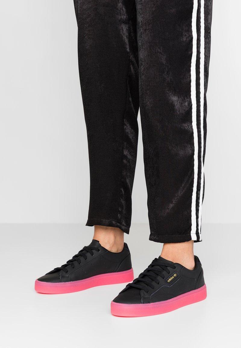 adidas Originals - SLEEK - Sneaker low - core black/super pink
