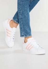 adidas Originals - COAST STAR STREETWEAR-STYLE SHOES - Sneaker low - footwear white/vapor pink - 0