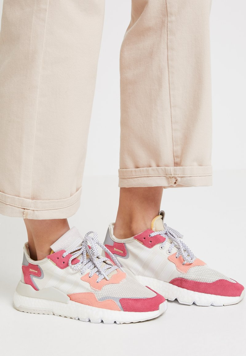 adidas Originals - NITE JOGGER - Sneakers - raw white/optic white/trace pink