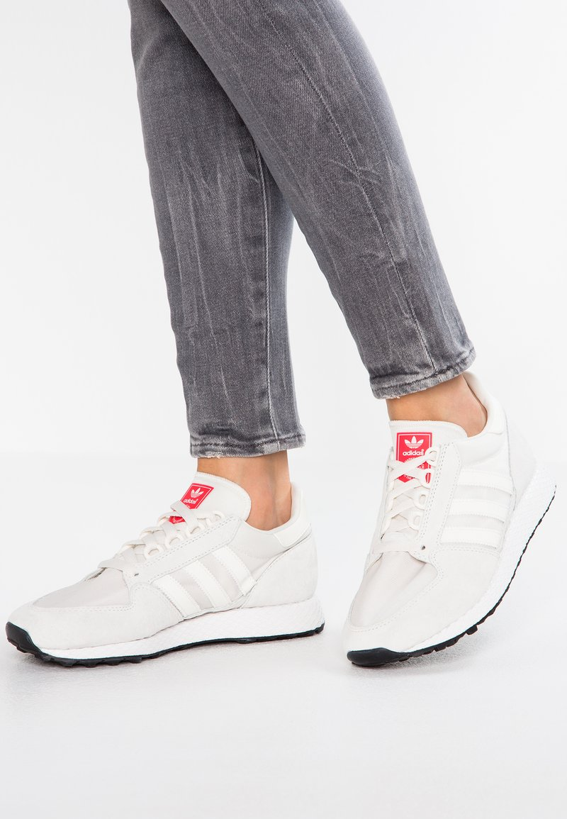 adidas Originals - FOREST GROVE - Trainers - cloud white/shock red