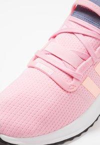adidas Originals - PATH RUN - Sneakers laag - true pink/clear orange/core black - 2