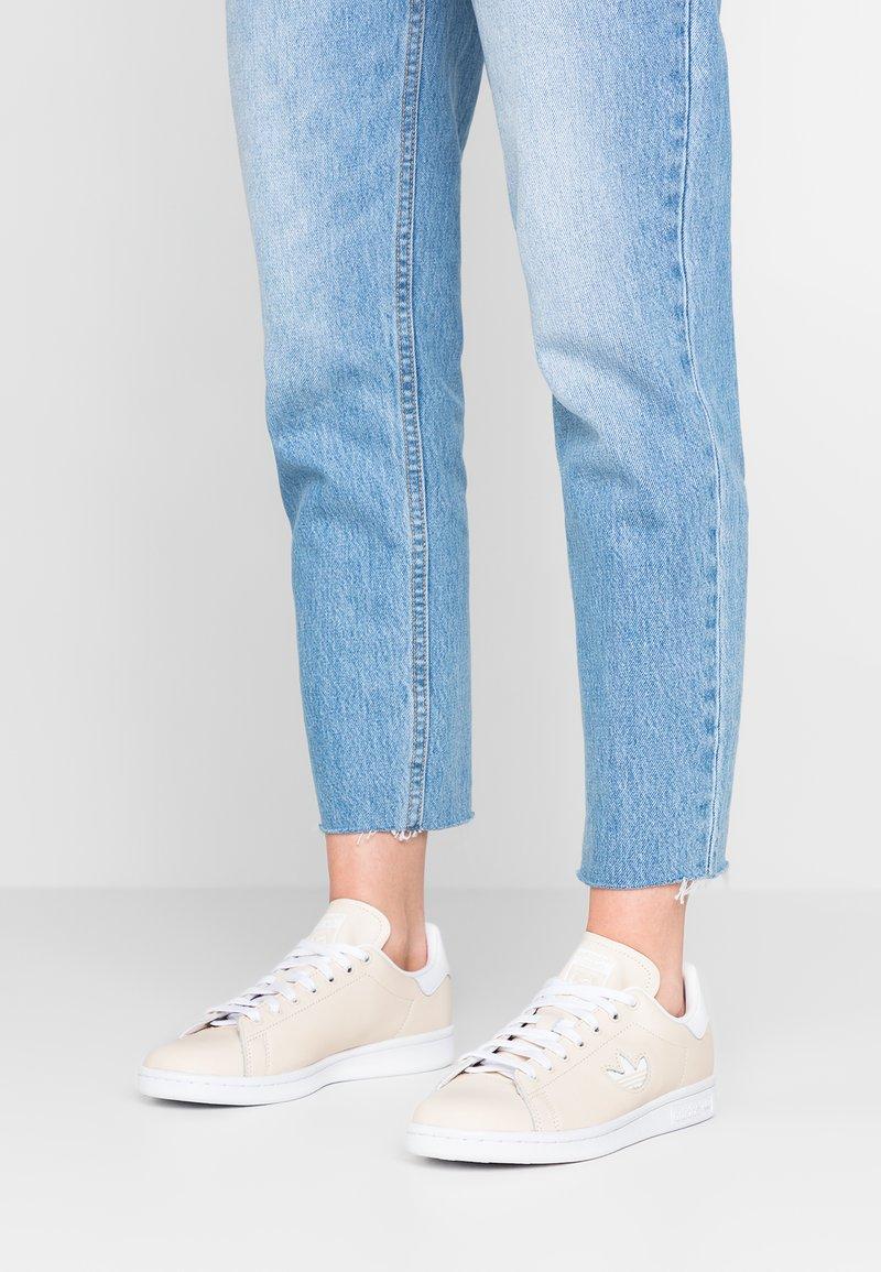 adidas Originals - STAN SMITH - Sneakers basse - ecru tint/footwear white